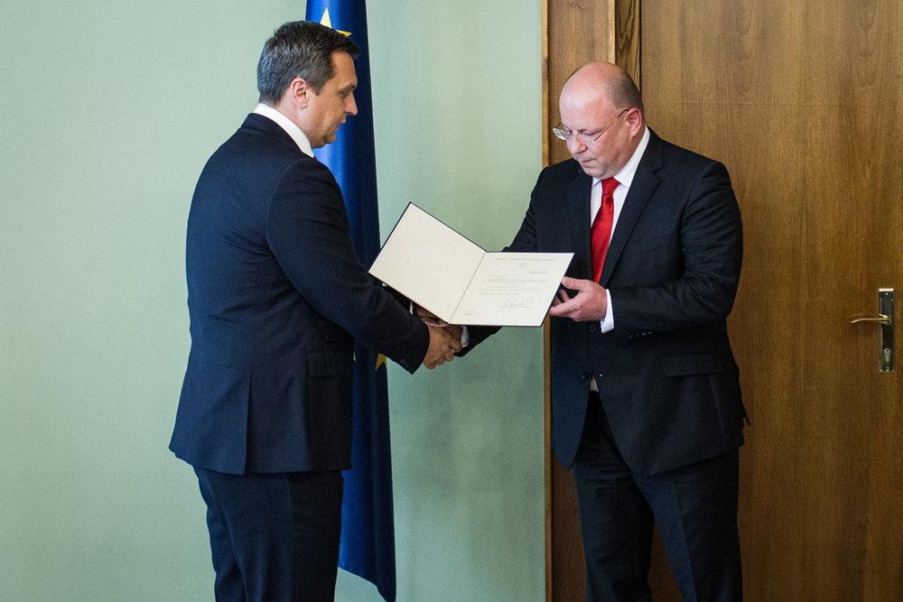 Jaroslav Rezník pri preberaní menovacieho dekrétu od predsedu parlamentu a SNS Andreja Danka.