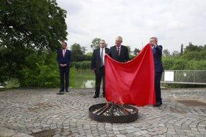 Prezident ČR Miloš Zeman spálil v záhradách Hradu červené trenky.