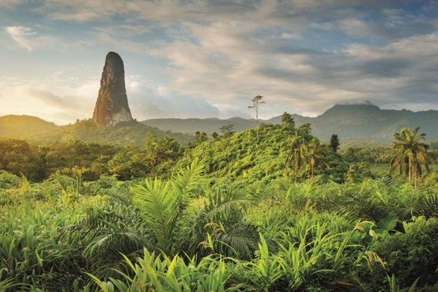 Nad ostrovom Svätý Tomáš sa týči 668 metrov vysoká skalná veža Pico Cão Grande.