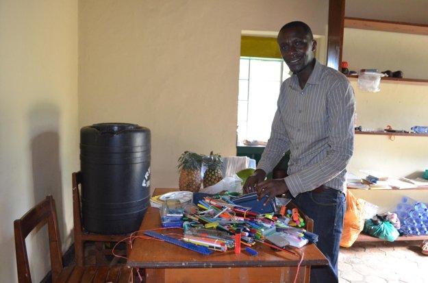 Tharcisse s perami, ktoré do Burundi poslali študenti gymnázia sv. Františka z Assisi v Levoči