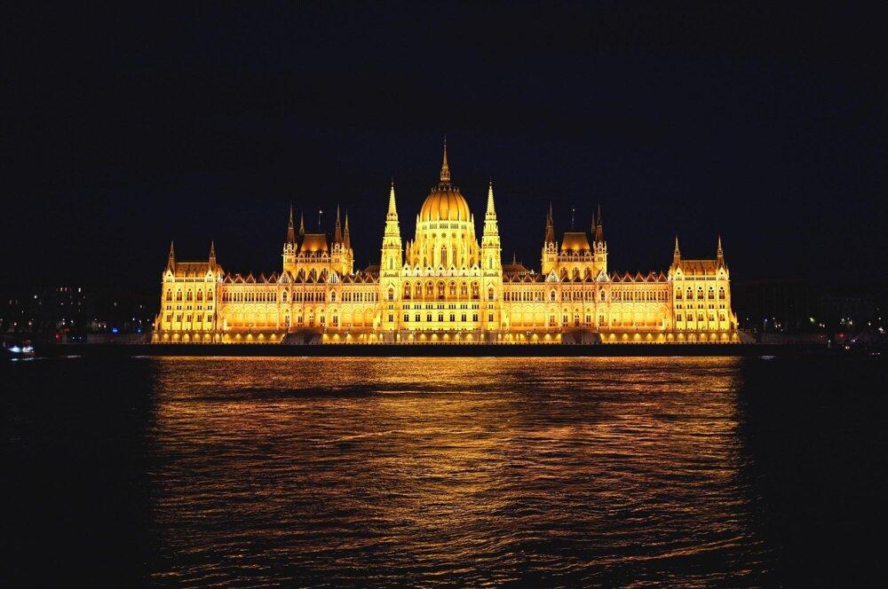 Nočný pohľad na budovu Parlamentu, Budapešť