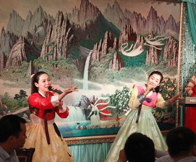 Servírky v krojoch v reštauráciách Pchjongjang tiež robia kultúrne vystúpenia