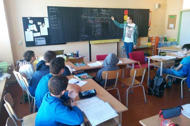 Michal Božík na tabuli vysvetľuje učivo