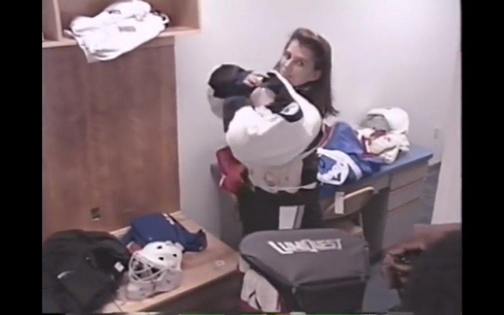 Kanadská strážkyňa klietky si oblieka dres Tampy Bay Lightning pred svojím prvým zápasom v NHL