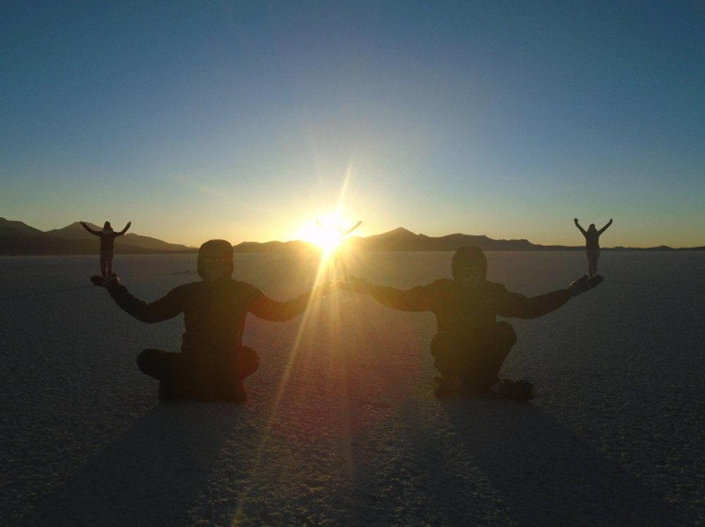 Západ slnka v Salar de Uyuni, Bolívia – najväčšia soľná púšť sveta