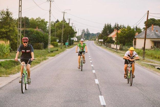 Slováci (zľava)  Lukáš Hesko, Boris Dzíbela a Matej Mego prešli na Libertách 860 km. Ich kamarát Martin Hesko ich nasledoval na dodávke.