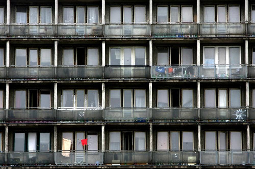 Aj takto vyzerajú balkóny slovenských internátov v 21. storočí.