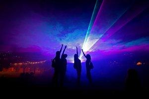 Tanec pri svetelnej inštalácii.