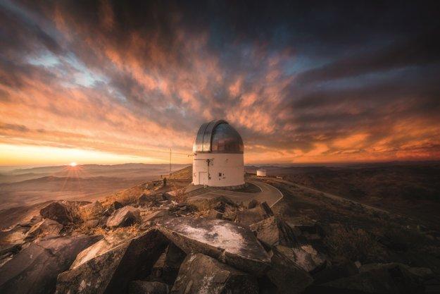 Východ slnka nad Elqui Valley z observatória Las Campanas.
