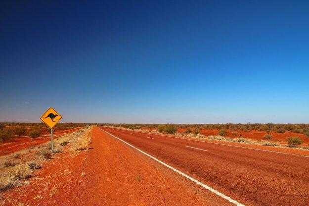 Cestu Stuart Highway lemujú značky, upozorňujúce na výskyt kengúr.