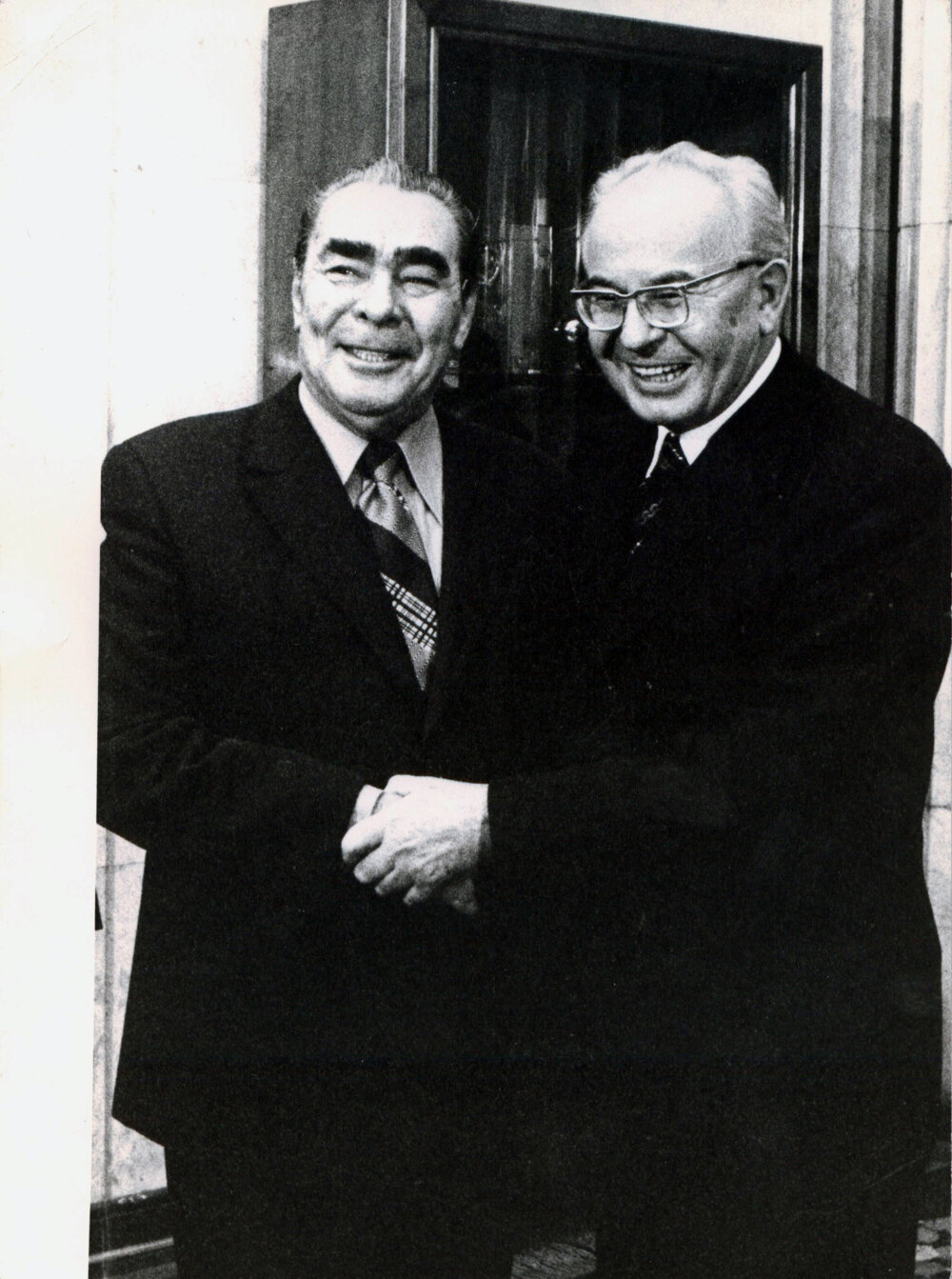 Gustáv Husák víta Leonida Brežneva na československom veľvyslanectve v Moskve 26. novembra 1975.