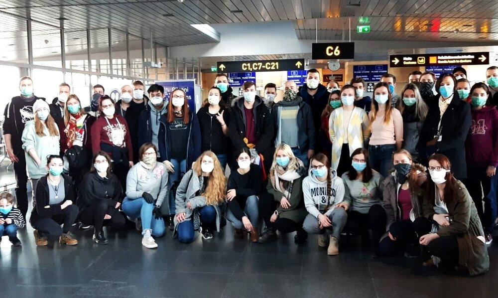 Ľudia, ktorí sa naspäť domov dostali vďaka českému vládnemu špeciálu.