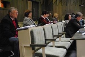 Poslanci schválili nové zásady poskytovania príspevku. Niektorí si myslia, že seniori boli podvedení.
