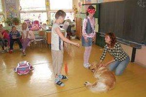 Škola hrou. Štvrtáci sa hravou formou učili o psích zmysloch.