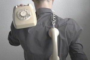 Aj telefonovanie môže byť rizikový faktor - ak slúchadlo alebo mobil držíte medzi plecom a ramenom, vaša krčná chrbtica bude trpieť.