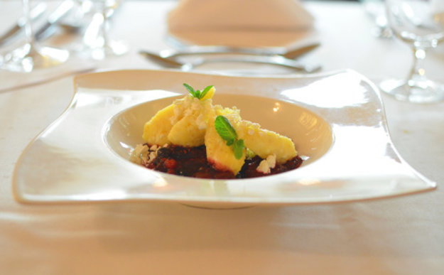 Nadýchané krupicové knedlíky, tvaroh a horúce maliny, Reštaurácia Dubná Skala****, Žilina