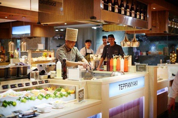 Varenie na špeciálnych stoloch tepanyaki.