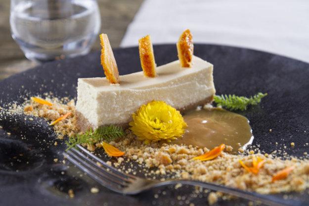 Carnevalle meat restaurant and bar, Bratislava: Cheesecake z lokálnych slovenských syrov/tvaroh, kozí syr/ pečený s bielou čokoládou, poleva z medu a smotany, podávaný na grilážovom orechovom prachu s karamelovou butterscotch omáčkou