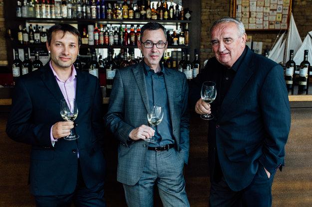 Novú kolekciu vín Slovenské Vinice pre vinotéky, hotely a reštaurácie včera predstavili  (zľava) Peter Havrilák zo ST. NICOLAUS a dvaja medzinárodne uznávaní someliéri Jean Daniel Angibaud a Fedor Malík.
