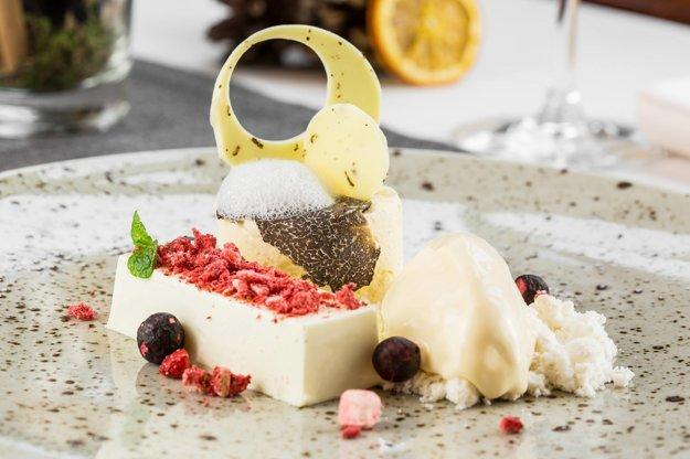 Ikonické jedlo - Hľúzovka a biela čokoláda s hĺúzovkovou zmrzlinou, Savoy, Bratislava