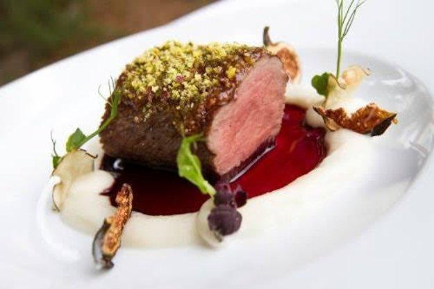 Ikonické jedlo - Jelení chrbát s figovým džemom a pistáciami na ríbezľovej redukcii a pyré zo slnečnice hľuznatej, Kaštieľ Mojmírovce