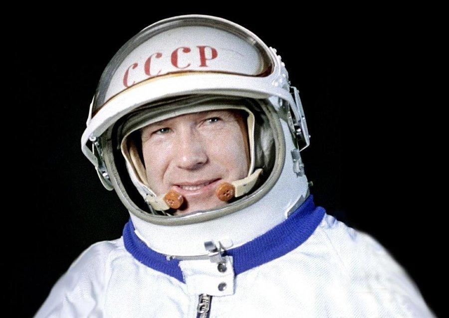 Alexej Leonov ako prvý človek vystúpil do voľného vesmíru.