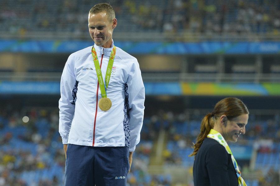 Matej Tóth obdržal zlatú medailu od Danky Bartekovej.