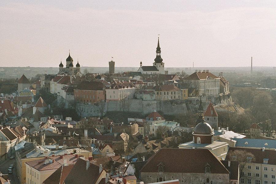 Centrom estónskeho hlavného mesta Tallin je pahorok Toompea, na ktorom stojí opevnený hrad. Dens tam sídli estónsky parlament.