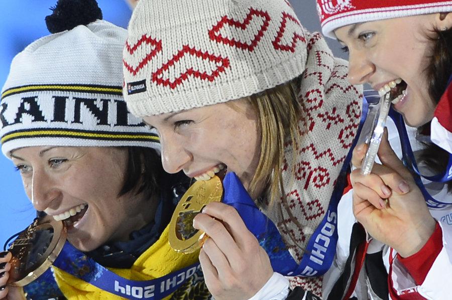 Na snímke zľava bronzová ukrajinská biatlonistka Vita Semerenková, zlatá slovenská biatlonistka Anastasia Kuzminová a strieborná ruská biatlonistka Olga Viluchninová pózujú s medailami, ktoré si vybojovali v šprinte žien na 7,5 km v biatlone počas XXII. zimných olympijských hier v Soči 2014.