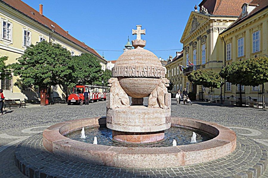 Socha na Radničnom námestí Székesfehérváru symbolizuje historickú minulosť mesta.