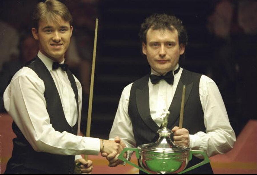 Stephen Hendry (vľavo) a Jimmy White pred finále MS v snookri 1994.