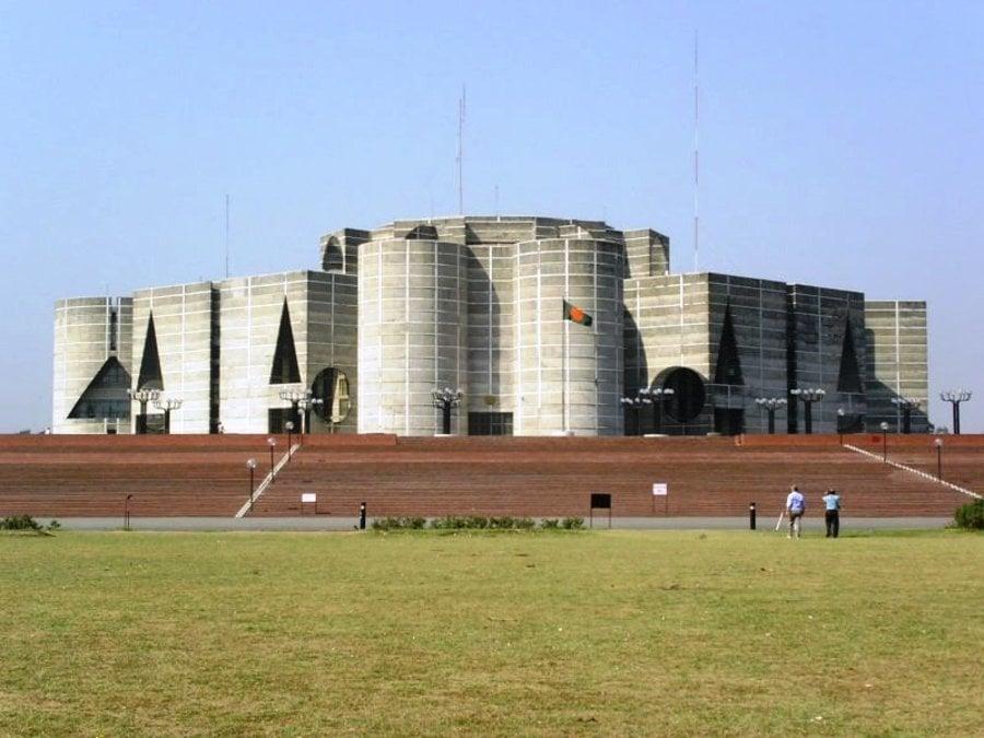 Autorom budovy bangladéšskeho parlamentu v Dháke, ktorý patrí medzi najrozsiahlejšie na svete, je americký architekt Louis I. Kahn.