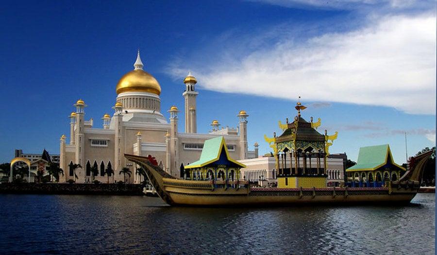 Mešita sultána Omara Ali Saifuddiena v Bandar Seri Begawan hlavnom meste Bruneja.