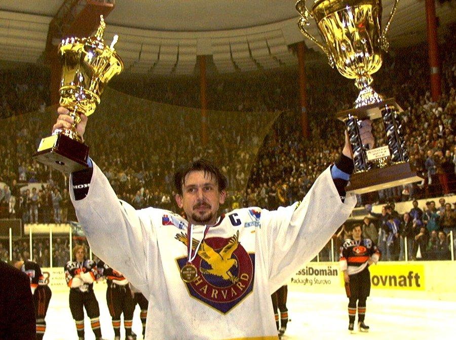 Zdeno Cíger oslavuje majstrovský titul Slovana na snímke z 22. apríla 1998.