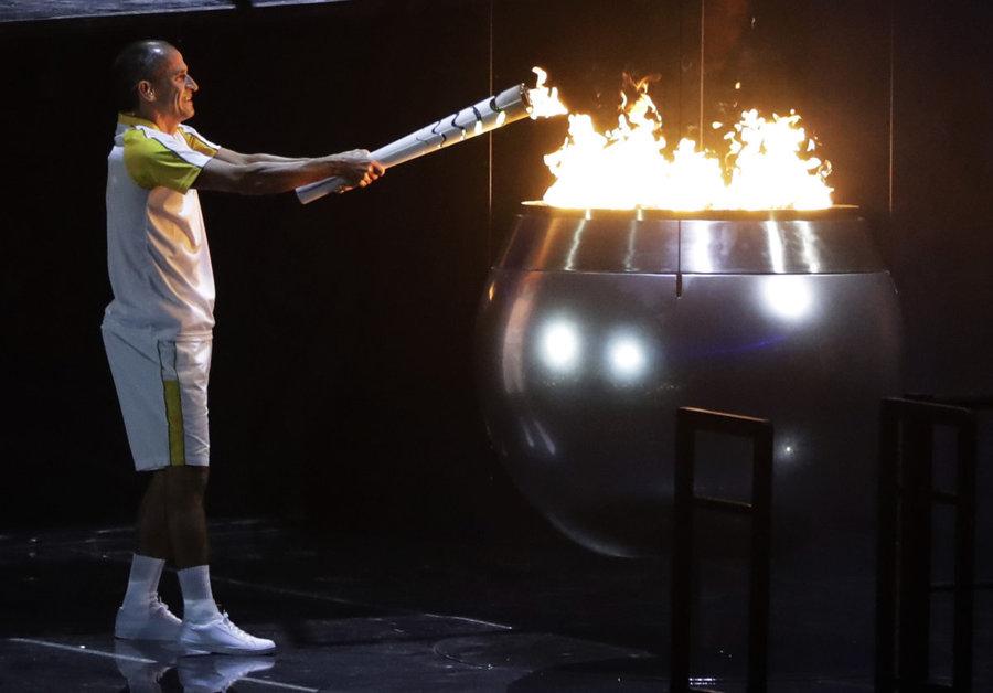 Vanderlei de Lima zapaľuje olympijský oheň.