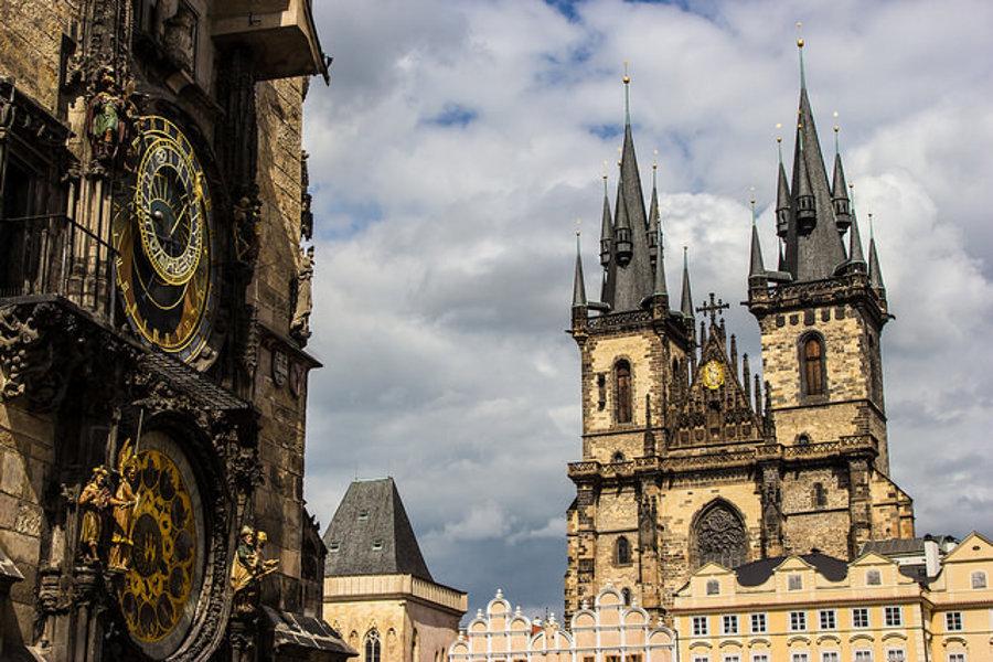 Pražské Staromestské námestie s orlojom a Týnskym chrámom.