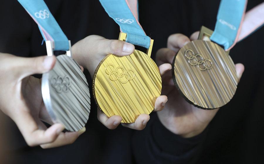 Juhokórejskí atléti pózujú so zlatou, striebornou a bronzovou medailou na zimné olympijské hry 2018 v juhokórejskom Pjongčangu.