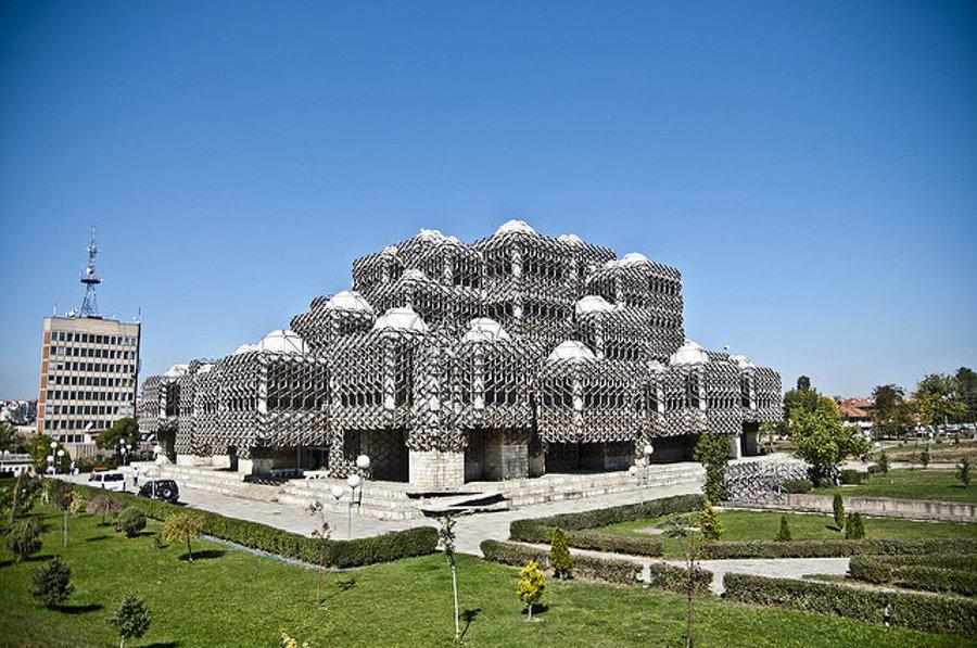 Budova národnej knižnice v Prištine.