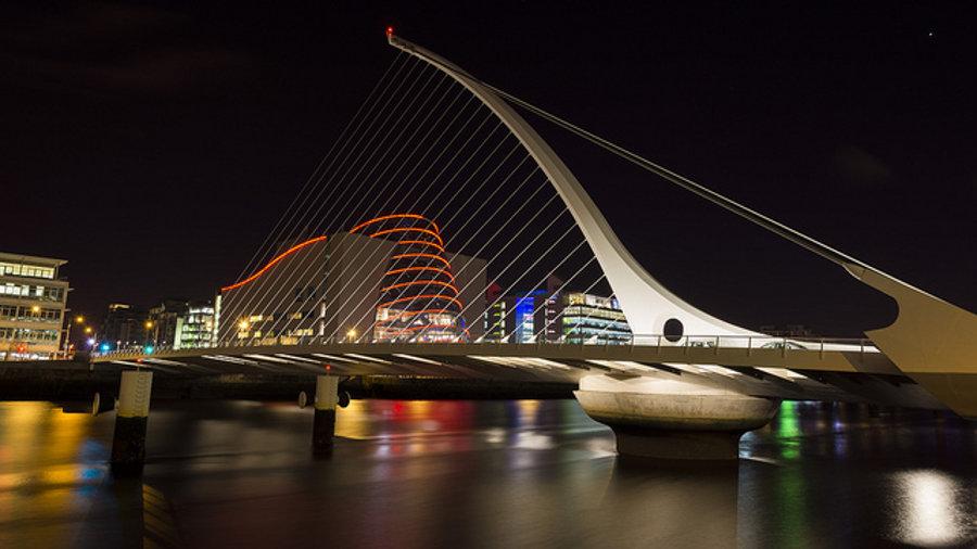 Jedným zo symbolov Dublinu, írskeho hlavného mesta, je od roku 2009 Most Samuela Becketta. Pylón s lanami pripomína harfu.