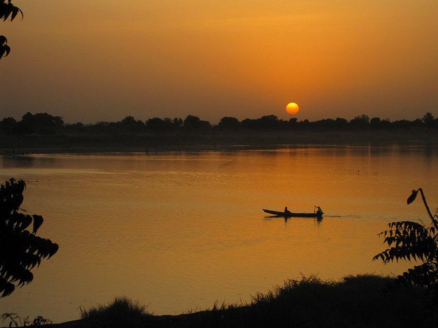 Západ slnka nad riekou Šari, ktorá tvorí hranicu s Kamerunom.