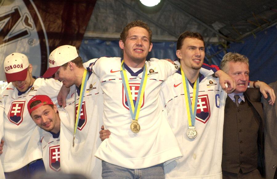 Slovenskí hokejisti po MS v hokeji 2000 v Petrohrade.