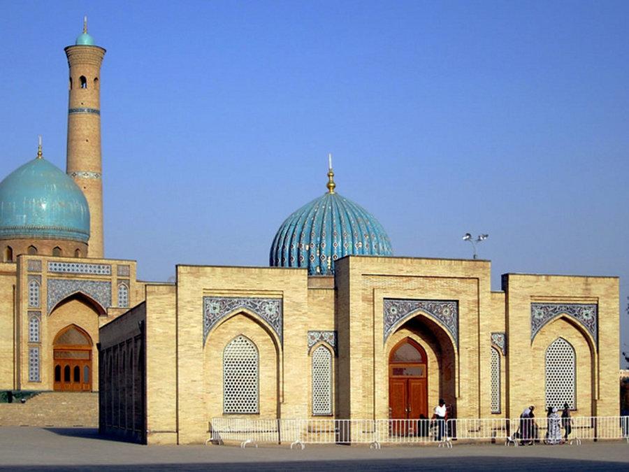 V hlavnom meste Uzbekistanu Taškente stojí mešita Teljašajach. V jej knižnici opatrujú najstarší korán na svete.