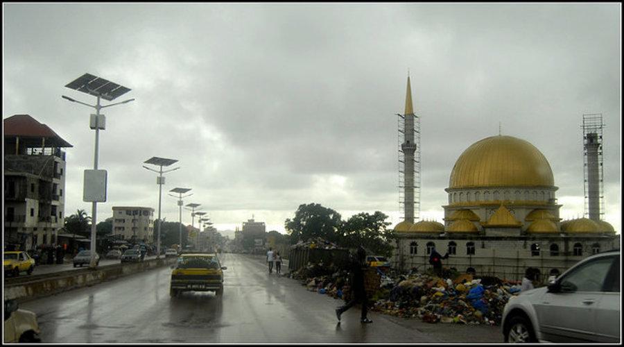 Súčasťou každodenného života v Conakry sú okrem stavby nových budov a mešít aj hromady odpadkov popri ceste.