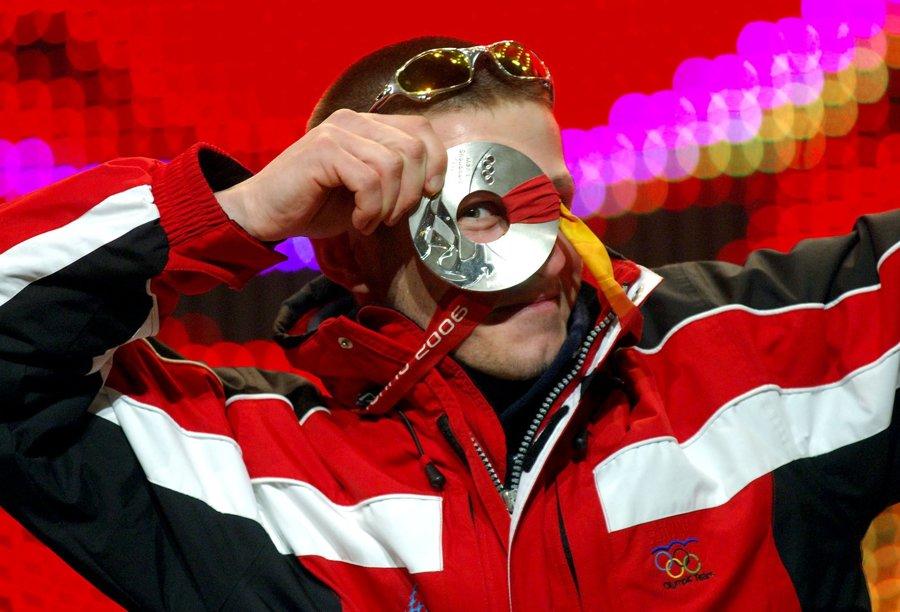 Slovenský snoubordista Radoslav Židek sa teší zo striebornej medaily, ktorú vybojoval 16. februára 2006 na ZOH 2006 v Turíne v premiérovej disciplíne snoubordkros a pričinil sa tak o zisk historického kovu pre Slovensko na ZOH.