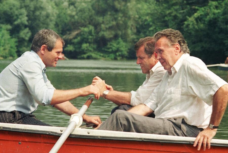 14. októbra 1991 - Vladimír Mečiar s Milanom Kňažkom a Rudolfom Filkusom na Železnej studničke v Bratislave.