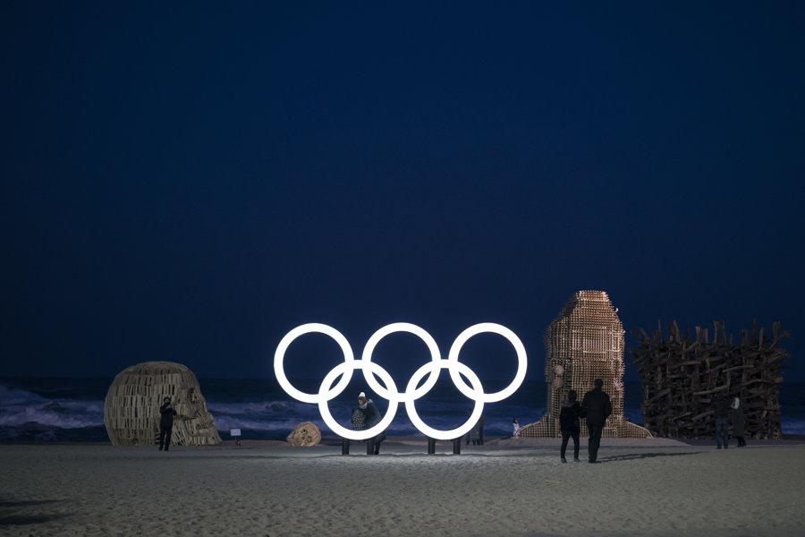 Olympijské kruhy ako dekorácia na pláži v prímorskom juhokórejskom meste Kangnung, jednom z dejísk ZOH 2018.