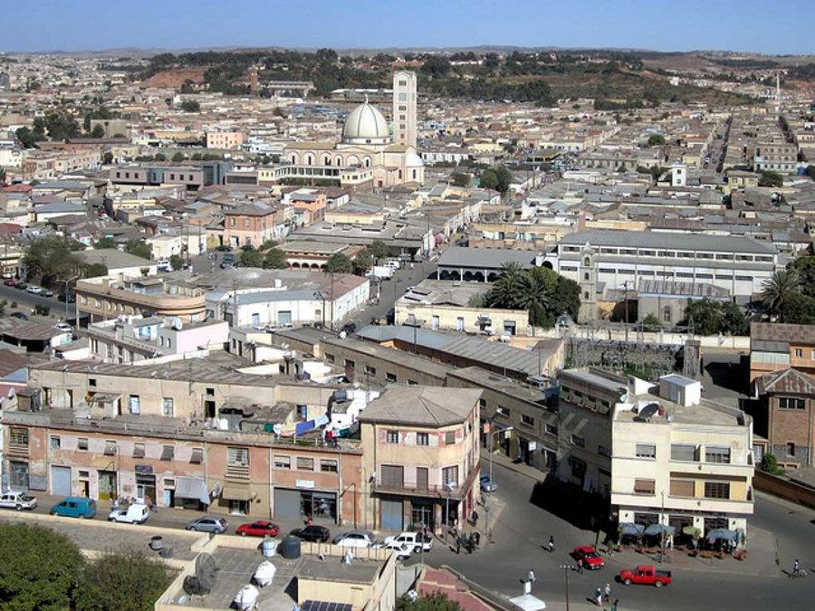 Pohľad na metropolu Eritrey, Asmaru z veže katolíckej katedrály.