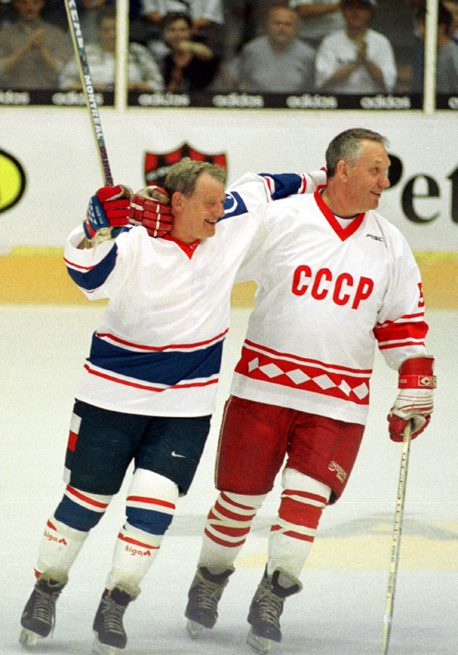 Alexander Ragulin (vpravo) s Jozefom Golonkom v Bratislave počas hokejovej exhibície Československo - CCCP.