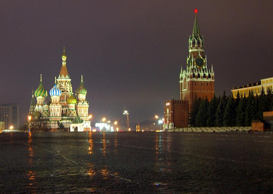 Červenému námestiu v ruskom hlavnom meste Moskva dominuje Chrám Vasilija Blaženého a kremeľská Spasská veža.