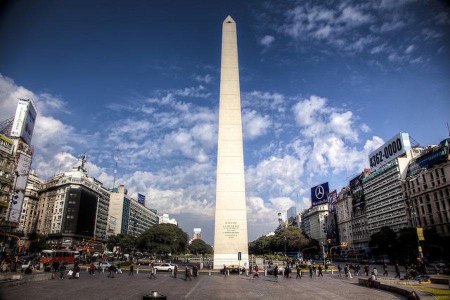 Obelisk Buenos Aires stojí na Námestí republiky na križovatke ulíc Corrientes a 9. júla. Postavili ho  pri príležitosti výročia 400 rokov od založenia mesta v roku  1936.